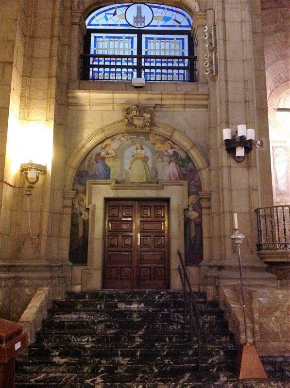 Puerta cripta